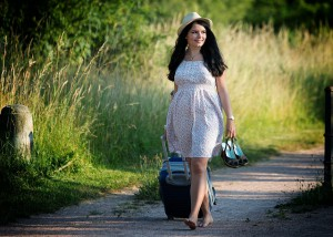 Frau mit Reisetasche mit Rollen